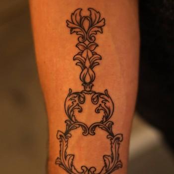 Opus Magnum Tattoo Wien Gitarre Baroque Schnörckel Unterarm  lines fani sofian meherzi filigran filigree lining black cheyenne tatouage τατουά ζ タトゥー 黥