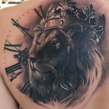 Lionking König der Löwen Tattoo Wien Austria Clock Tattoo Crown