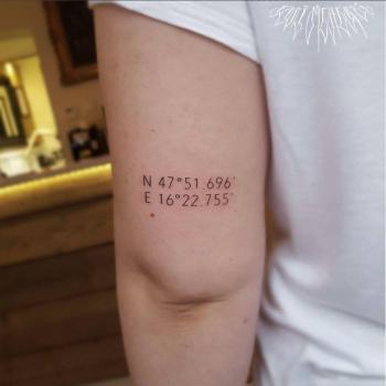 kleines schrift tattoo sehr koordinaten tattooing fani meherzi inked art hand oberarm hell dünn studio font simple