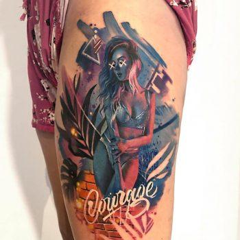 Maui Meherzi - Opus Magnum Tattoo Studio Wien - Frau in Neonfarben