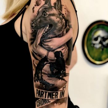 Maui Meherzi - Opus Magnum Tattoo Studio Wien - Fotorealistischer Hund