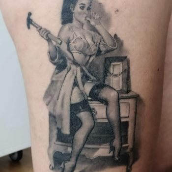 Maui Meherzi - Opus Magnum Tattoo Studio Wien - Black and Grey Pin Up