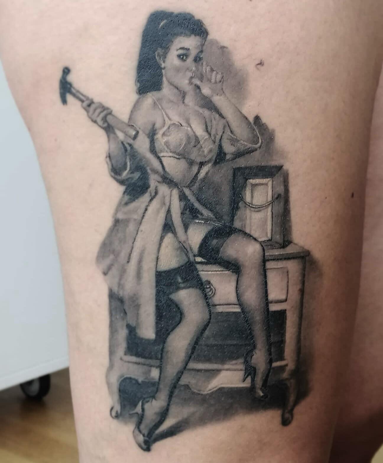 Maui Meherzi - Opus Magnum Tattoo Studio Wien - Black and Grey Pin Up